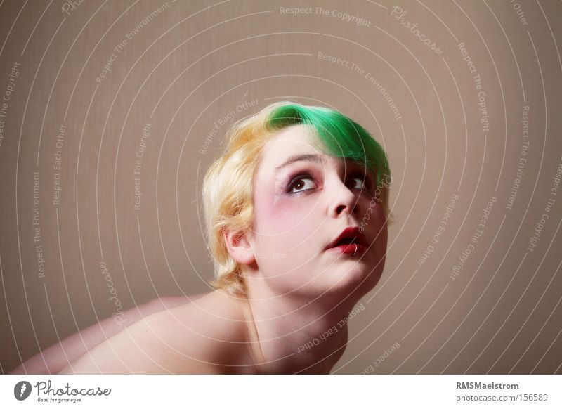 Gewicht auf den Schultern Mensch feminin expressiv blond Porträt Gesicht Kopf Schwäche grünes Haar Schminke