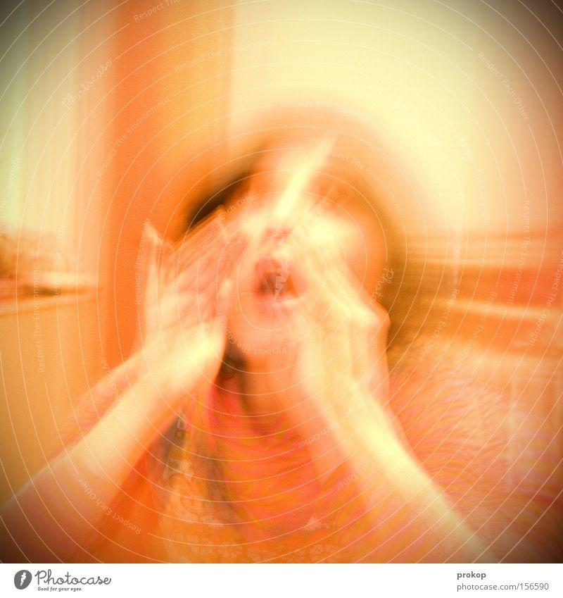 So schallt es heraus Frau sprechen schreien Panik Rettung chaotisch Angst hilflos attraktiv notleidend gefährlich Hilferuf