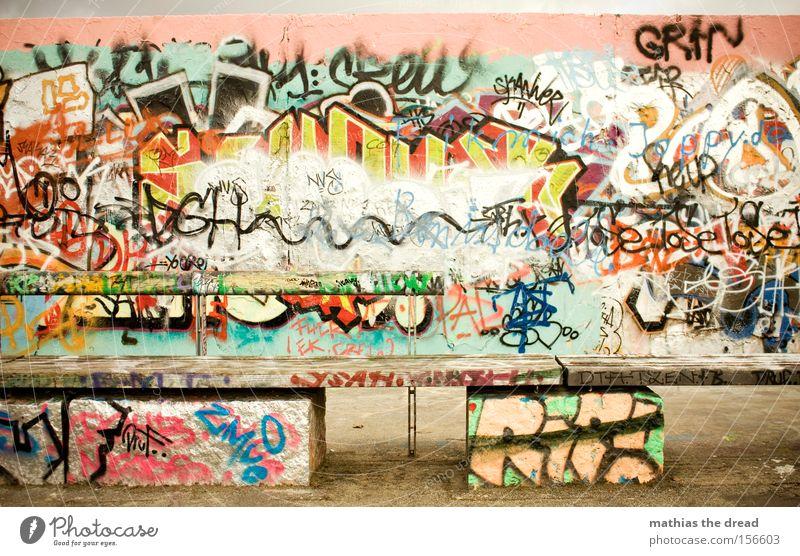 MAUERPARK Wand Graffiti mehrfarbig Farbe Farbstoff Jugendkultur Bombe Stil schön Schmiererei dreckig Lebensfreude Bank voll durcheinander verfallen