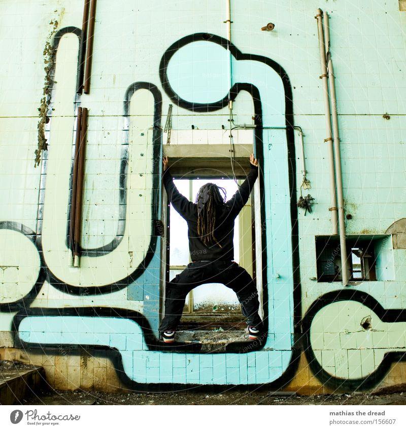 KOMMST HIER NICHT REIN Mann alt Farbe Wand Farbstoff Graffiti Kunst dreckig stehen Fliesen u. Kacheln verfallen schließen blockieren Held Wandmalereien Inszenierung