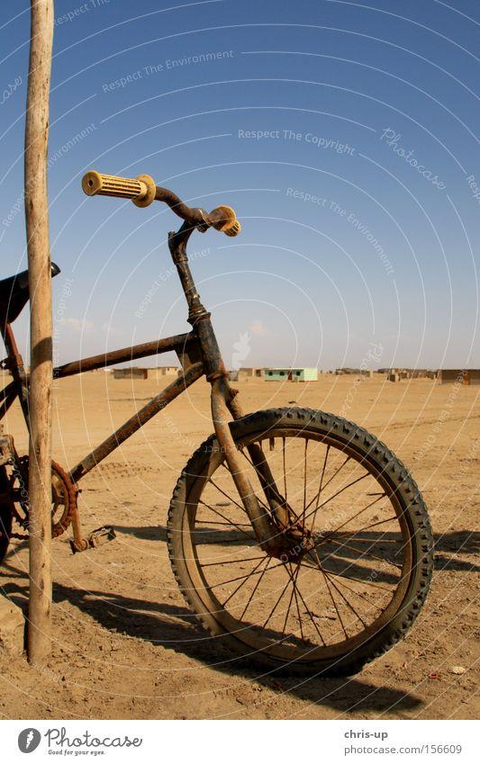 Altes Fahrrad alt Spielen Sand Freizeit & Hobby kaputt Wüste Rost Reifen Südamerika BMX Reifenpanne Felge Dritte Welt