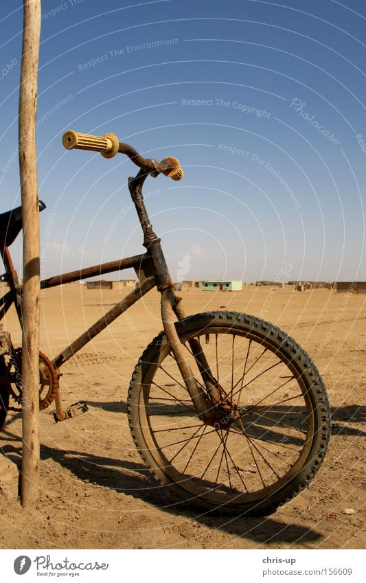 Altes Fahrrad alt Spielen Sand Fahrrad Freizeit & Hobby kaputt Wüste Rost Reifen Südamerika BMX Reifenpanne Felge Dritte Welt