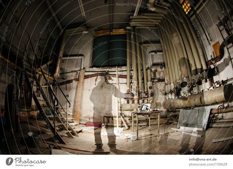 Im Keller! Langzeitbelichtung Geister u. Gespenster unsichtbar durchsichtig Verzerrung Eisenrohr Staub dreckig Treppe Fenster Schatten Industrie Kellertreppe