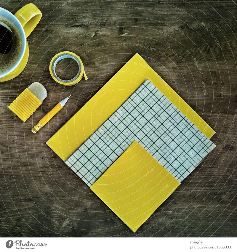 Schreibtisch kariert gelb trinken Tasse Becher Arbeit & Erwerbstätigkeit Beruf Büroarbeit Arbeitsplatz Medienbranche Kapitalwirtschaft Geldinstitut Post