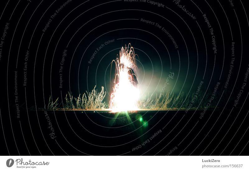 Selbstentzündung Mensch schön Freude Straße dunkel hell Beleuchtung Frost Silvester u. Neujahr Rauch türkis Licht Explosion Funken Blendenfleck Wasserfontäne