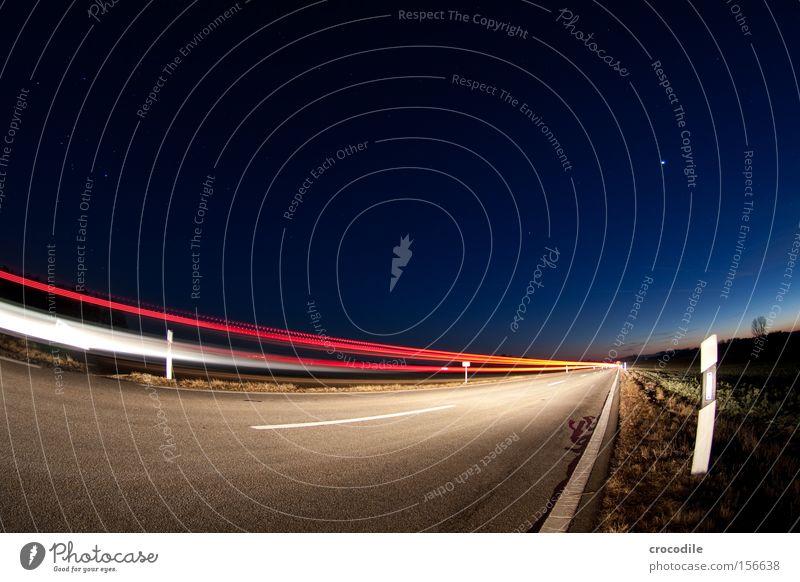 Lichtgeschwindigkeit Straße KFZ fahren Pfosten Reflexion & Spiegelung Rücklicht Geschwindigkeit Stern Himmel Nacht Verkehrswege Langzeitbelichtung Frieden