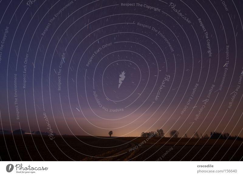 Strudel Stern Planet Flugzeug Gaswolke Erde Baum Sternschnuppe Nacht dunkel Dämmerung Milchstrasse Tierkreiszeichen schön Langzeitbelichtung Winter Lampe