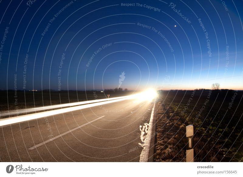 Lichtgeschwindigkeit ll Straße KFZ fahren Pfosten Reflexion & Spiegelung Rücklicht Geschwindigkeit Stern Himmel Nacht Verkehrswege Langzeitbelichtung schön