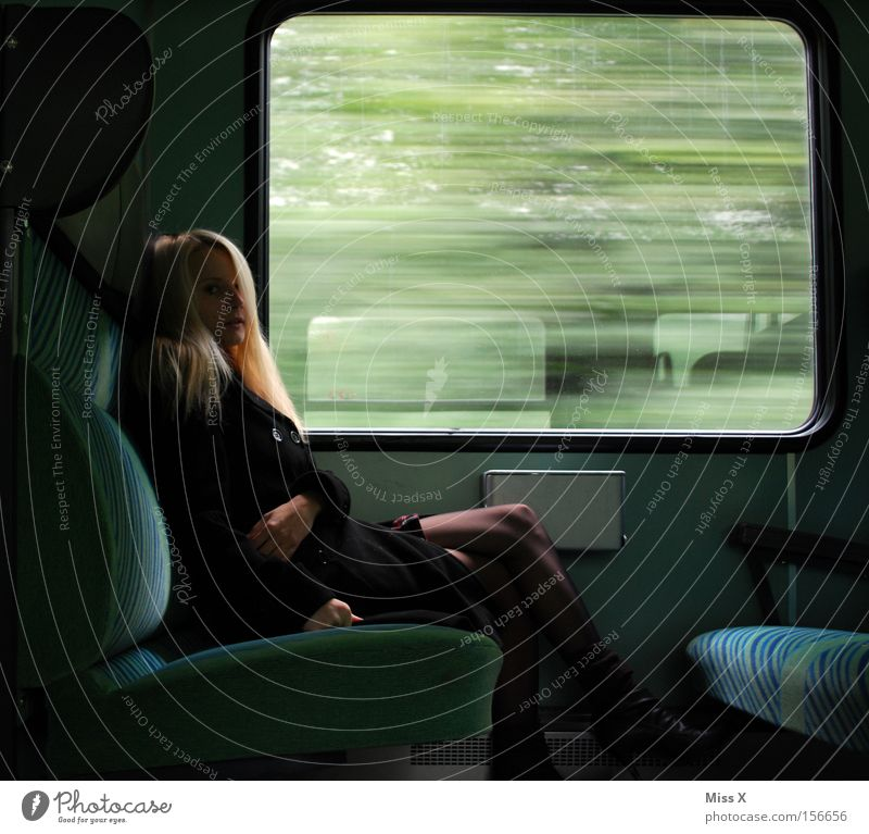 Erwischt Ferien & Urlaub & Reisen Frau Erwachsene Fenster Verkehr Bahnfahren Eisenbahn S-Bahn Zugabteil Kleid blond beobachten träumen warten weinen trist grün