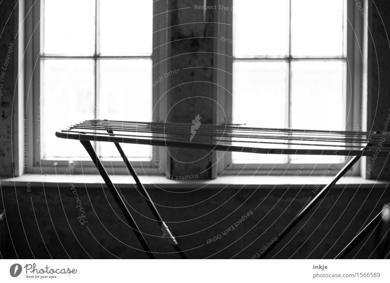 Dachboden Häusliches Leben Wohnung Menschenleer Fenster Wäscheständer dunkel einfach Leerstand Fensterkreuz Schwarzweißfoto Innenaufnahme Nahaufnahme Tag Licht