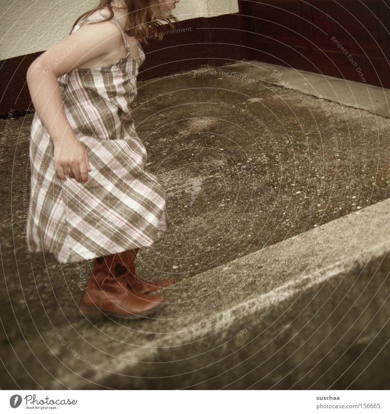 auf der mauer .. Kind Mädchen Sommer Bewegung Mauer Zufriedenheit laufen Kleid Schwung Einfahrt