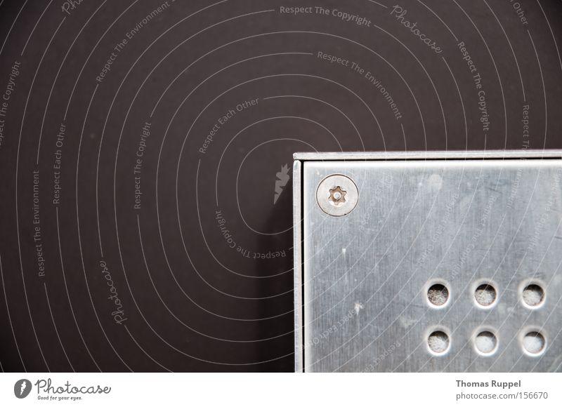 Box dunkel Hintergrundbild rund Metallwaren Kasten Handwerk Loch silber Schraube Qualität eckig aufräumen formal Vor dunklem Hintergrund