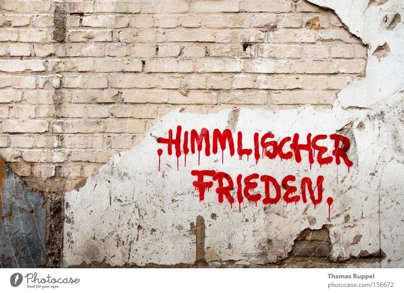 Himmlischer Frieden Farbfoto Außenaufnahme Menschenleer Textfreiraum oben Tag Mauer Wand Fassade Schriftzeichen Graffiti Armut hell kaputt Wut rot Ärger Farbe