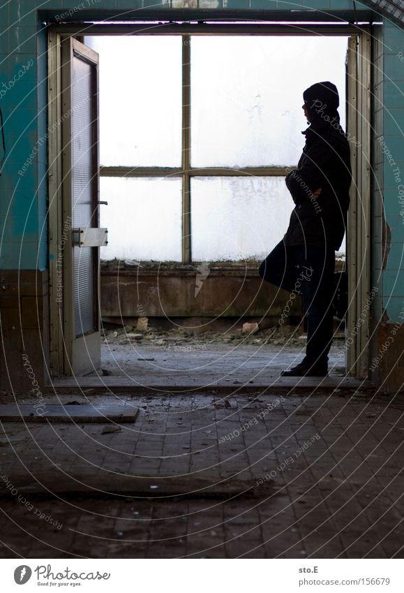 warten Mensch ruhig Einsamkeit Fenster warten dreckig Glas Tür Industrie verfallen Langeweile schäbig Fensterscheibe Scheibe Durchgang zeitlos