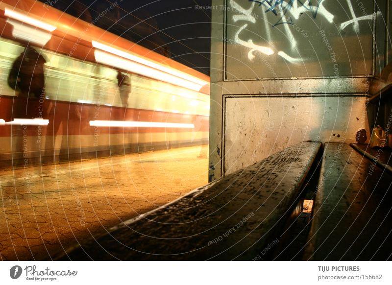 Verspätung? Na endlich Eisenbahn Bank warten Geschwindigkeit Nacht Graffiti verstecken Geister u. Gespenster sitzen Licht Schatten S-Bahn Bahnhof Zugstation