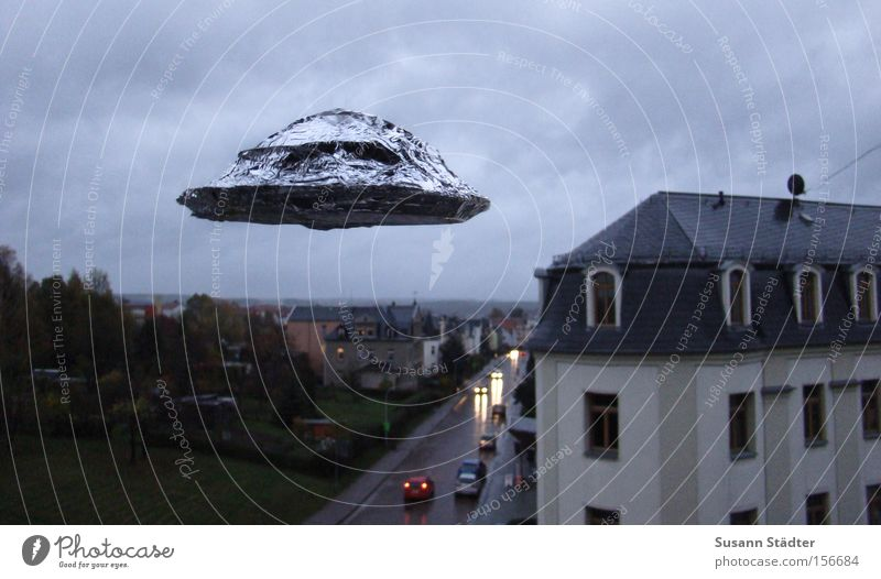 I WANT TO BELIVE UFO Untertasse fliegen Fluggerät anonym Haus dunkel Außerirdischer Angst fremd Stern Planet außerirdisch Metallfolie Tupperware Plastikdose