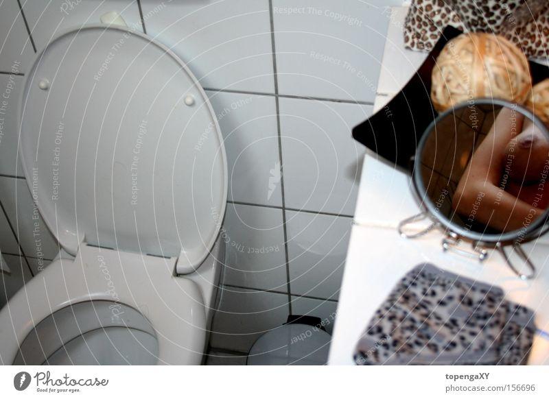 ... little mirror ... Bad Toilette Leopard Spiegel Brust Arme Fliesen u. Kacheln Müllbehälter Haut Brustwarze Unterhose Langeweile schön Kosmetiktasche