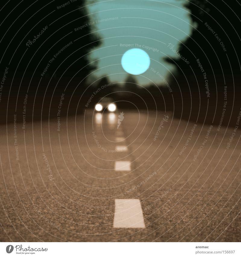 Froschperspektive Straße PKW Linie Schilder & Markierungen Verkehr Nacht KFZ Mond Licht Verkehrswege Himmelskörper & Weltall Gegenverkehr