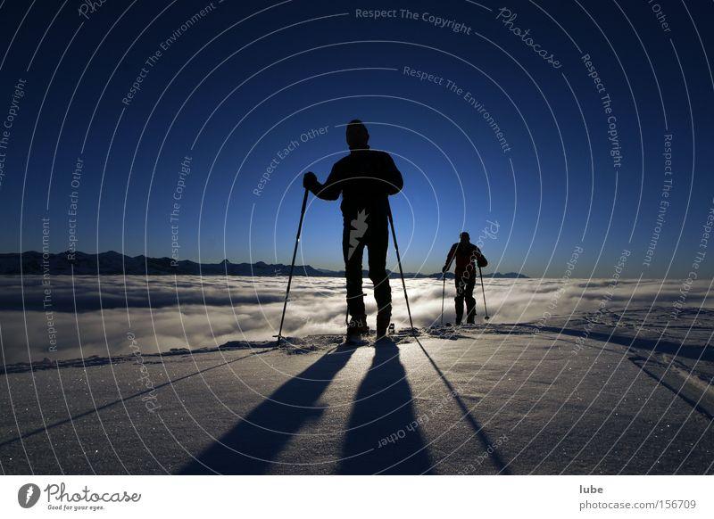 Schattenspiel Skitour Winter Wintersport Nebel Nebelmeer Wolken Skifahrer Gipfel Berge u. Gebirge Klettern Schnee himmelblau Natur Sport Spielen