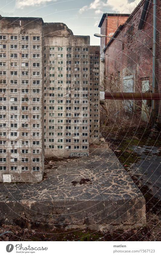 Platte Kunst Kleinstadt Menschenleer Haus Fabrik Ruine Bauwerk Gebäude Architektur Mauer Wand Fassade Dach alt dunkel braun grau rot Plattenbau Rohrleitung