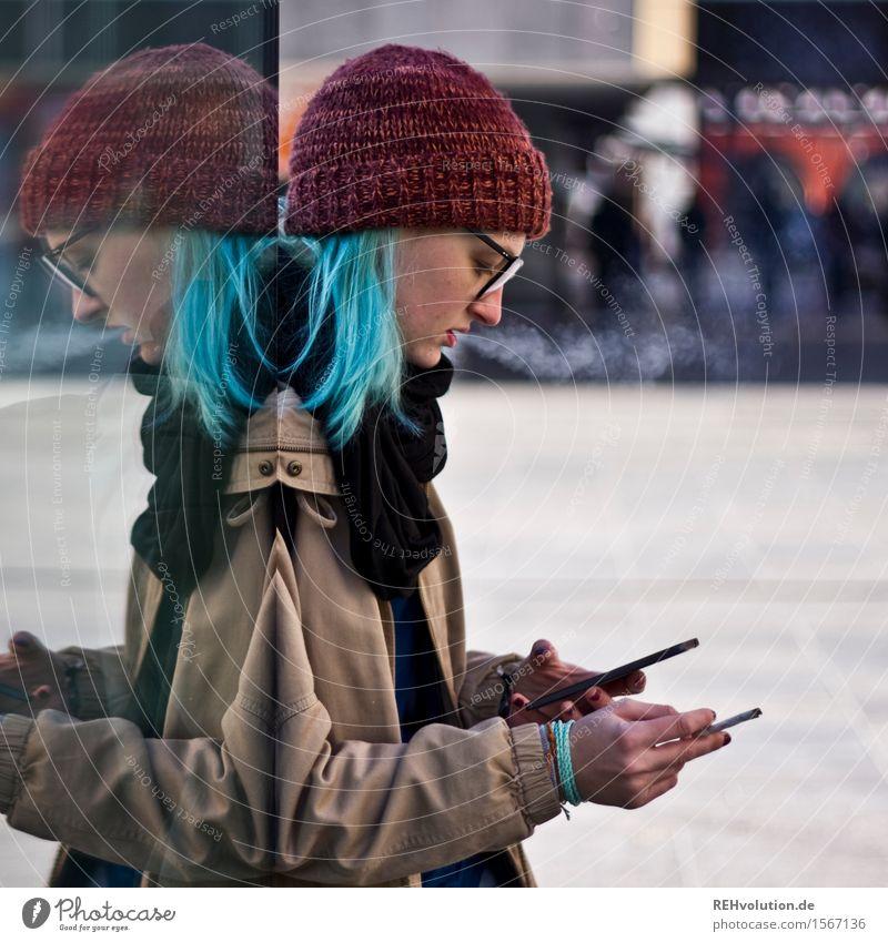 """""""Können Sie auch mein Handy orten?"""" Mensch Jugendliche Stadt Junge Frau Einsamkeit 18-30 Jahre Erwachsene feminin außergewöhnlich 13-18 Jahre frei authentisch stehen Kommunizieren einzigartig Brille"""