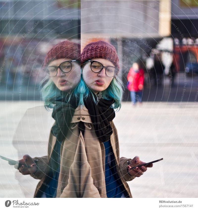"""""""Manchmal fühlt man eine doppelte Portion Leben in sich."""" Mensch Jugendliche Stadt Junge Frau Einsamkeit Winter 18-30 Jahre kalt Erwachsene feminin Haare & Frisuren Telekommunikation einzigartig kaufen Brille Coolness"""