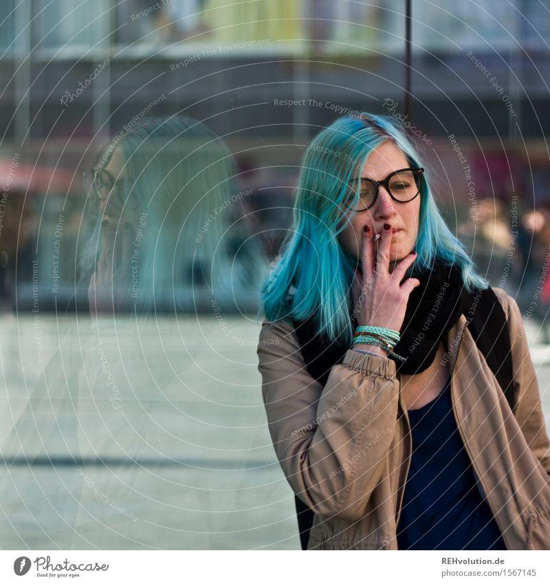 Jule | in der Stadt Mensch feminin Junge Frau Jugendliche 1 18-30 Jahre Erwachsene Kleinstadt Stadtzentrum Jacke Brille Haare & Frisuren langhaarig Rauchen