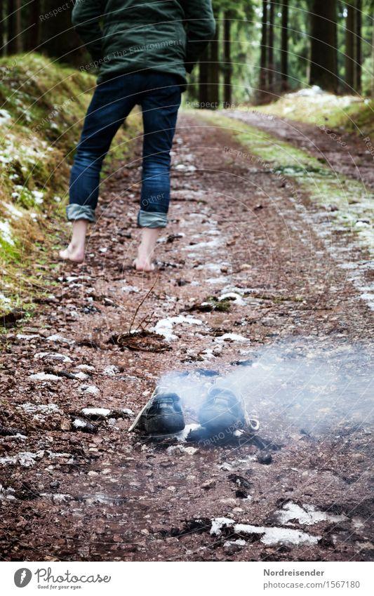 Heiß gelaufen Freizeit & Hobby wandern Mensch Mann Erwachsene Beine Fuß Wald Straße Wege & Pfade Jeanshose Schuhe Zeichen Rauch außergewöhnlich bedrohlich