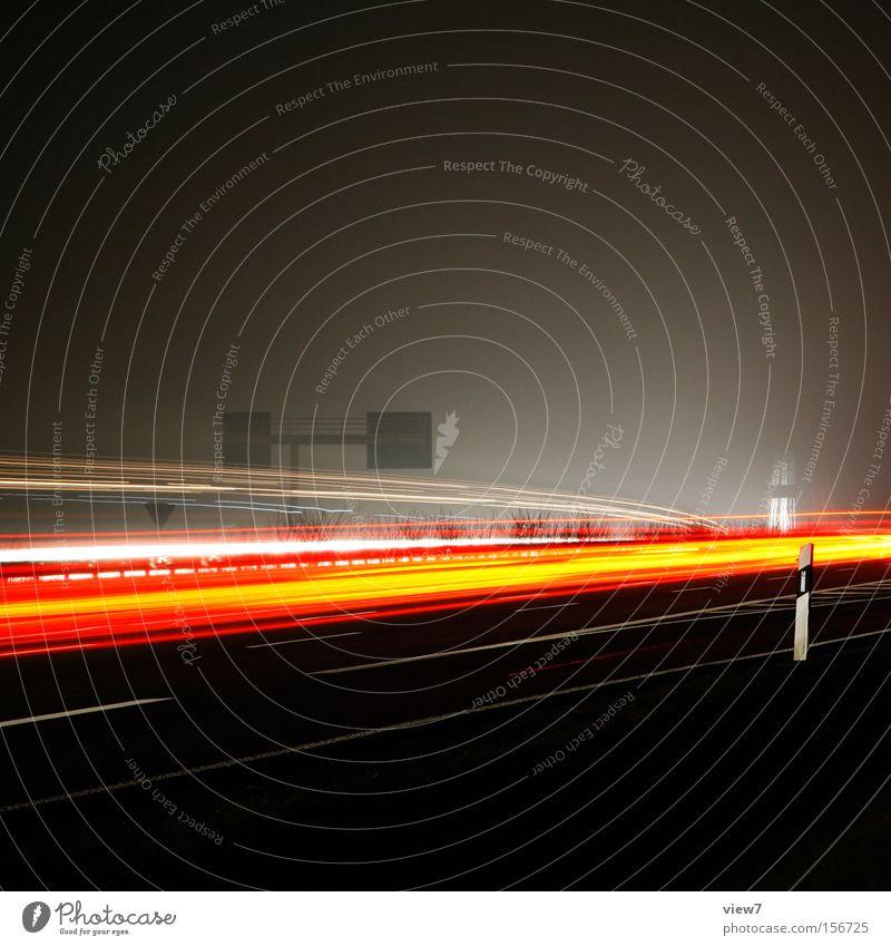 ein Leitpfosten. Winter PKW Verkehr Güterverkehr & Logistik Spuren KFZ Autobahn Verkehrswege Nacht Mobilität Licht Gefäße Feierabend Schnellstraße