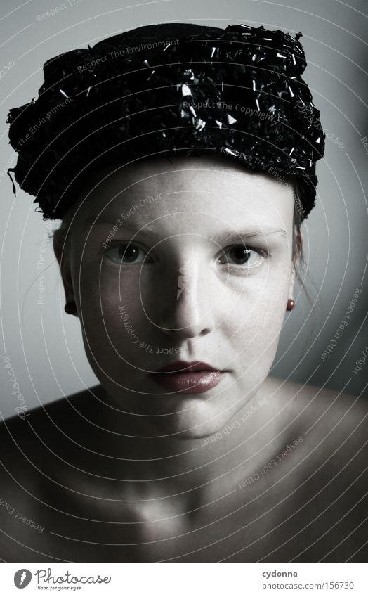 SELF Frau Mensch Jugendliche schön ruhig feminin Gefühle Kopf ästhetisch retro Sehnsucht Hut klassisch Porträt Licht Gesichtsausschnitt
