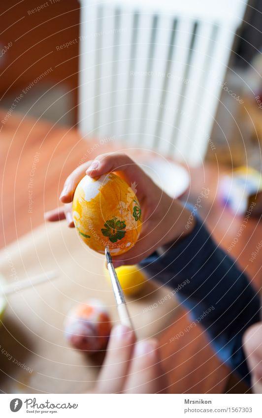Ostereier Kleinkind Junge 1 Mensch 3-8 Jahre Kind Kindheit zeichnen Ostern streichen Basteln Farbstoff Farbfoto Innenaufnahme Schwache Tiefenschärfe