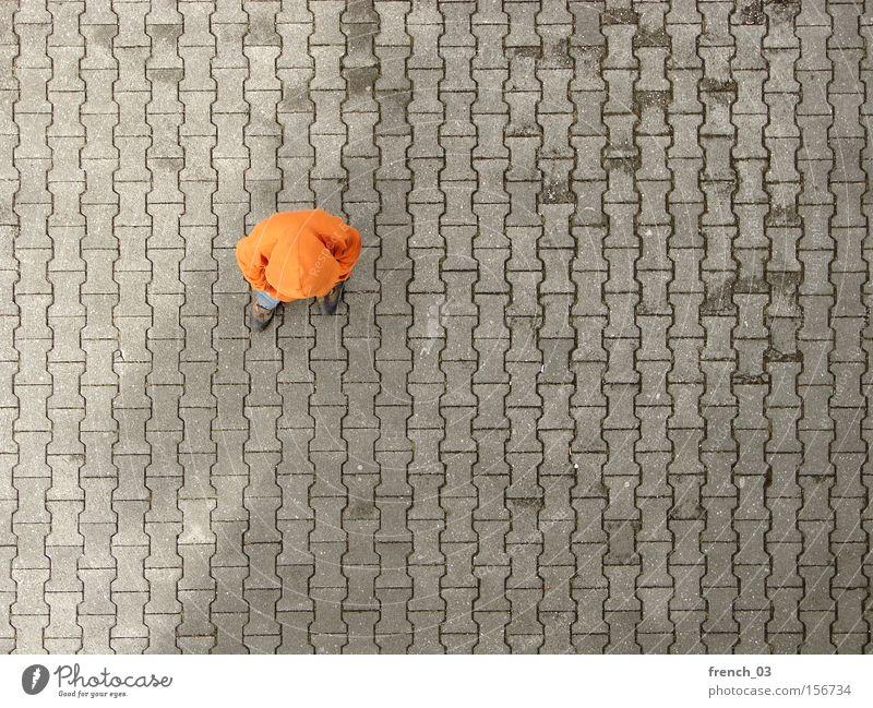 fading shadow Mensch 1 Platz Verkehrswege Bekleidung Pullover Stein Beton Linie stehen warten trist grau Langeweile Farbe orange Kapuze anonym Reihe
