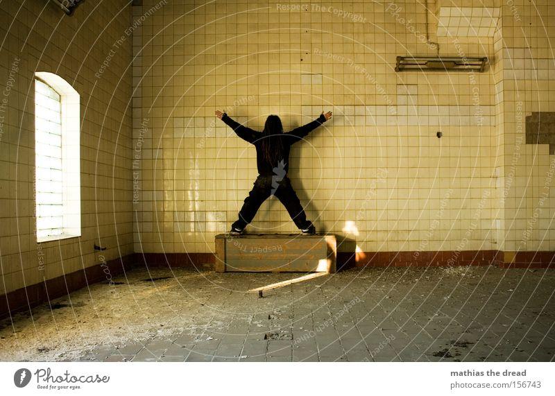 X Mann X-Men Tod bewegungslos Fliesen u. Kacheln Linie Lampe Saal Raum Sonnenlicht gelb alt schäbig verfallen Bad selbstbildnis