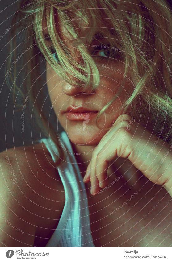 ein Blick blitzt hervor Mensch feminin Junge Frau Jugendliche Erwachsene Leben Gesicht 1 18-30 Jahre Haare & Frisuren blond kurzhaarig Locken Scheitel Pony