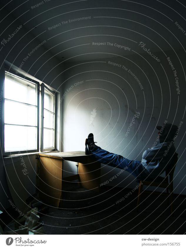 NEULICH Mensch Mann Jugendliche Einsamkeit Fenster warten dreckig Erwachsene maskulin sitzen Tisch Freizeit & Hobby Vergänglichkeit Schreibtisch Langeweile
