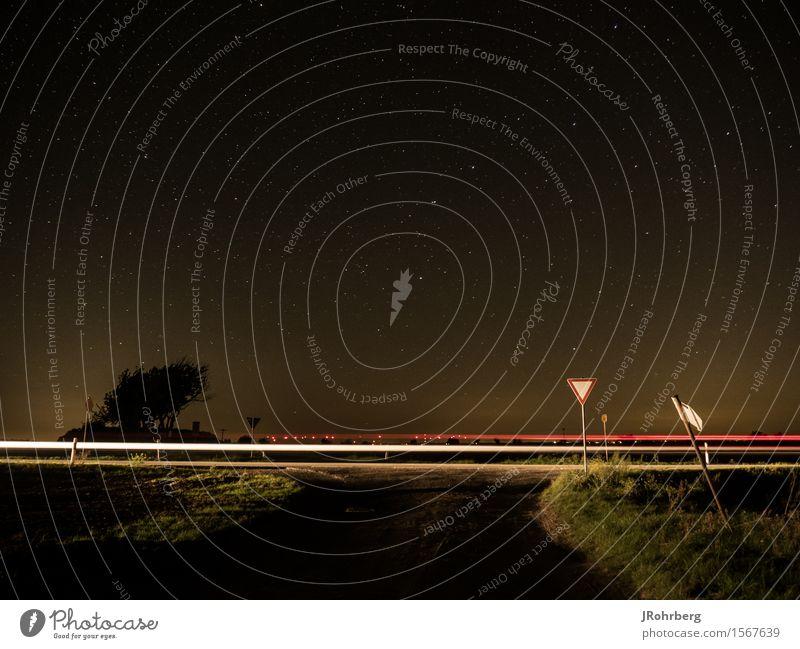 Lichtspur in der Nacht, mit Sternenhimmel Himmel Stadt weiß Landschaft rot dunkel Umwelt Straße Wege & Pfade Arbeit & Erwerbstätigkeit Feld PKW Verkehr leuchten