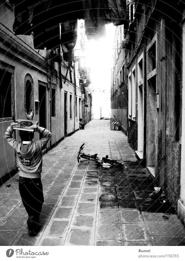Gossenjunge Kind Wasser Straße Junge laufen Buch Italien Wäsche Gasse Venedig Licht
