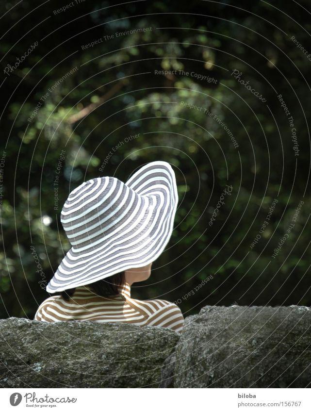 Ausblick auf Manhattan Sommer Erholung feminin Garten Park Freizeit & Hobby Mode Perspektive Kreis Streifen Frieden Hut Ring atmen verdeckt