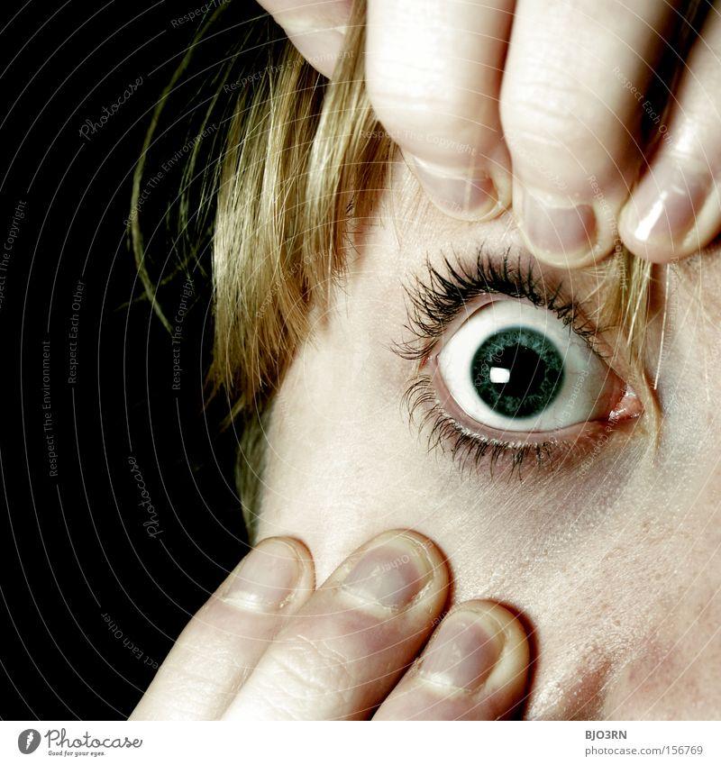 Augen auf! Mensch Frau Gesicht Erwachsene Auge feminin Haare & Frisuren Angst Haut gefährlich Finger Neugier Überraschung Stress Bildausschnitt Wimpern