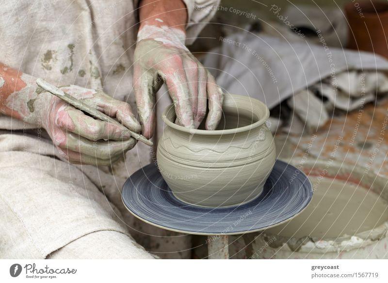 Potters Hände. Mensch Jugendliche Mann Hand 18-30 Jahre Erwachsene Kunst Arbeit & Erwerbstätigkeit Freizeit & Hobby Beginn Kultur Beruf Tradition Bild machen