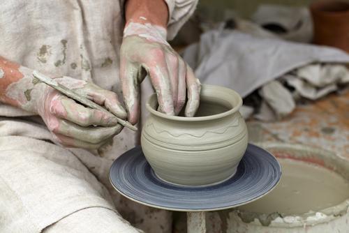 Töpferhände bei der Herstellung eines Topfes im traditionellen Stil. Freizeit & Hobby Arbeit & Erwerbstätigkeit Beruf Mensch Mann Erwachsene Hand 1 18-30 Jahre