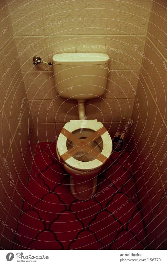 ... und kein Klopapier Kunstlicht Bad alt kaputt Toilette Fliesen u. Kacheln sanitär spülen Toilettenspülung Klebeband Toilettenbürste verfallen Führerhaus