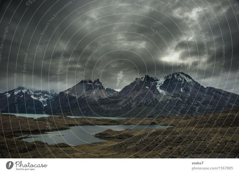 Torres del Paine Wolken dunkel Berge u. Gebirge See gefährlich bedrohlich Gipfel Seeufer schlechtes Wetter Wetterumschwung dunkle Wolken Torres del Paine NP