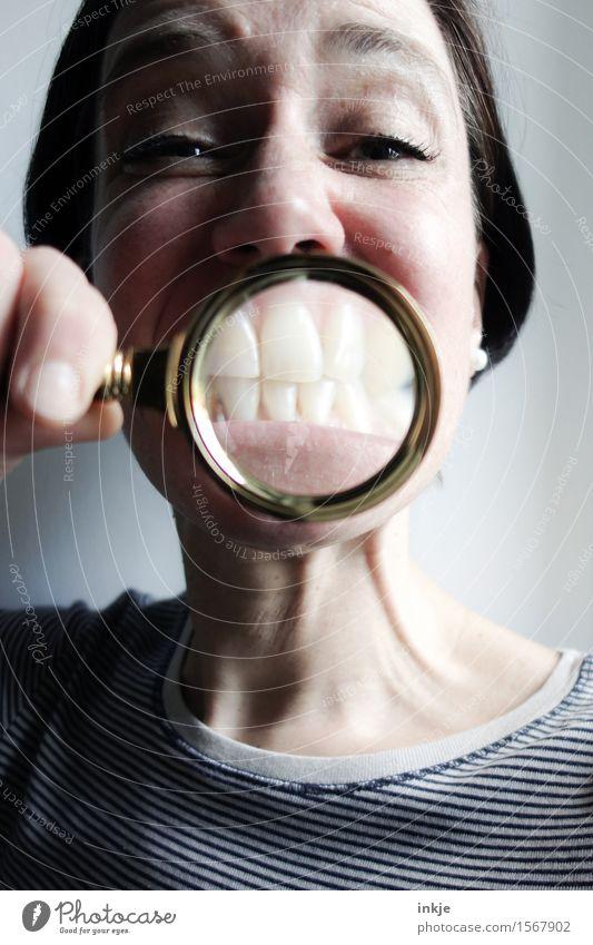 :-} Lifestyle Freude Frau Erwachsene Leben Gesicht Zähne 1 Mensch 30-45 Jahre Lupe Lächeln lustig nah Gefühle Fröhlichkeit vergrößert Grimasse grinsen Farbfoto