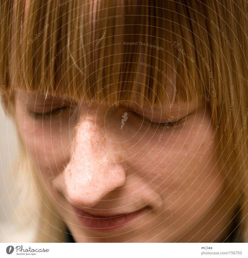 frisch geschnitten. Frau Gesicht Porträt Pony Friseur Haare & Frisuren blond Haare schneiden Beautyfotografie Wellness Erholung Quadrat lachen schön