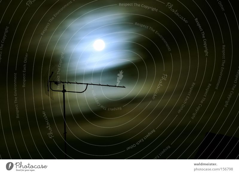 Antenne im Mondlicht Nacht Wolken dunkel Fernsehen Radio Funktechnik Funkwellen Fernsehempfang Sender geheimnisvoll Langzeitbelichtung historisch