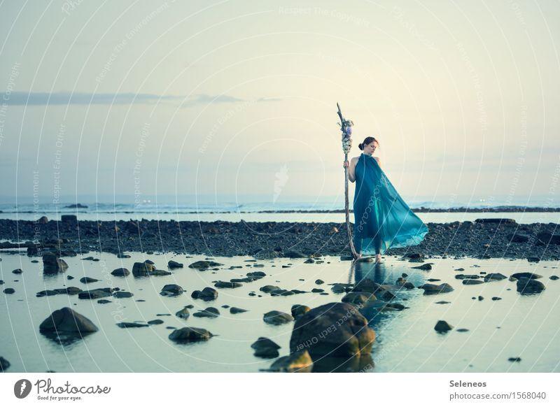 Morgenspaziergang Ausflug Ferne Freiheit Strand Meer Mensch feminin Frau Erwachsene 1 Umwelt Natur Landschaft Wasser Himmel Wolken Horizont Küste Kleid nass