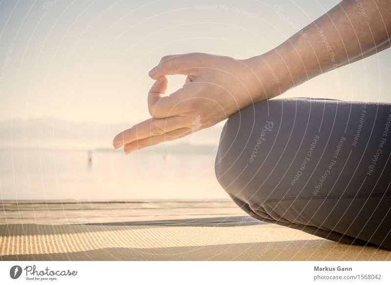 Meditation am See Mensch Frau Hand Erholung Erwachsene Lifestyle sitzen Finger Fitness Yoga