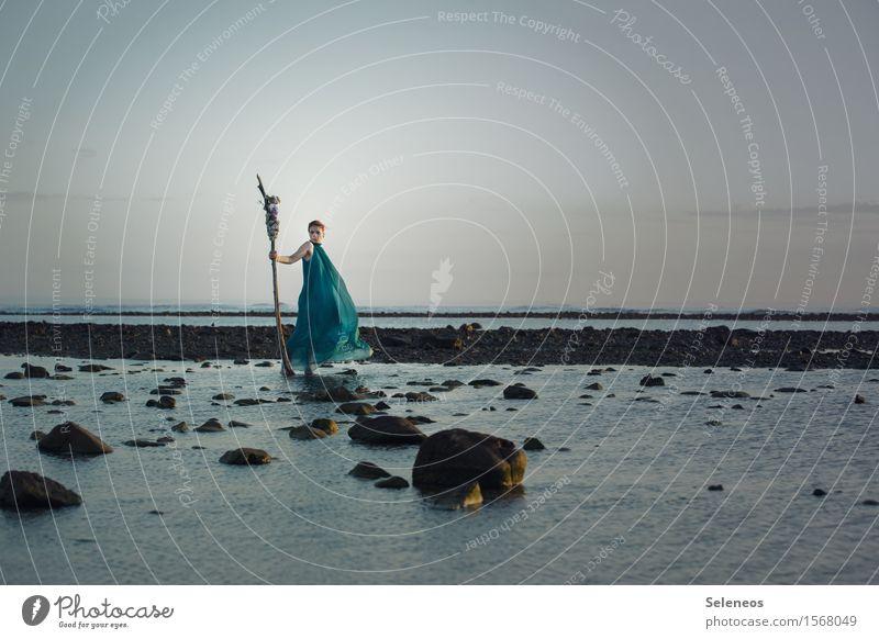 Lüftchen harmonisch Zufriedenheit ruhig Abenteuer Ferne Freiheit Sommer Strand Meer Mensch feminin Frau Erwachsene 1 Himmel Wolkenloser Himmel Horizont Kleid