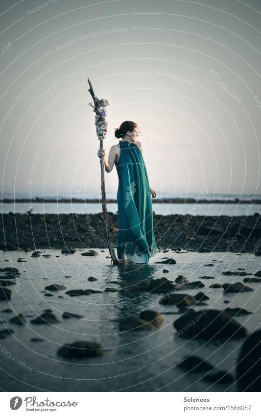 Fernweh Frau Mensch Sommer Wasser Meer ruhig Ferne Erwachsene natürlich Küste feminin Freiheit Horizont Abenteuer harmonisch Wolkenloser Himmel